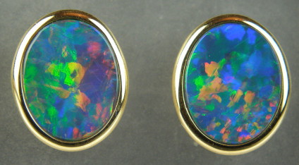 Opal doublet earstuds in 18ct yellow gold - Stunning 2.80ct oval opal doublet eartsuds in 18ct yellow gold. The studs are 10x12mm.