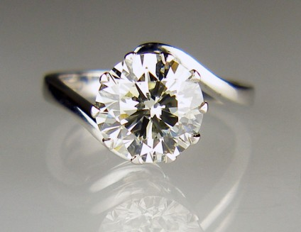 3.21ct diamond solitaire twist ring in platinum - Beautiful early-modern brilliant cut 3.21ct diamond in L colour VS2/SI1 clarity in a classic and elegant twist platinum ring mount. This ring is an estate piece, and is an excellent purchase if you are looking for a good quality, large diamond at reasonable price.