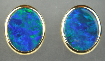 Opal doublet eartsuds in 18ct yellow gold - Stunning 3.38ct opal doublets mounted in 18ct yellow gold. Earstuds are 10x12mm.