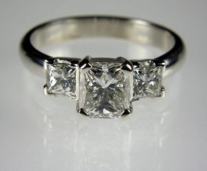 Radiant & Princess cut diamond ring in platinum - Ring of 1.03ct G/VS1 radiant cut white diamond set with 0.5ct of princess cut diamonds in platinum.