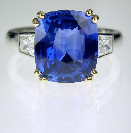 Sri Llankan Sapphire & Diamond ring in 18ct white & yellow gold - Fine Sri Llankan sapphire 6.37ct set with full cut tapered baguette white diamonds 0.73ct, in yellow and white 18ct gold. Central sapphire 10 x 12mm.