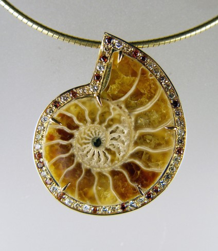 Ammonite pendant with diamonds - Polished ammonite from Madagascar set with tiny brown, golden and white diamonds in 9ct yellow gold