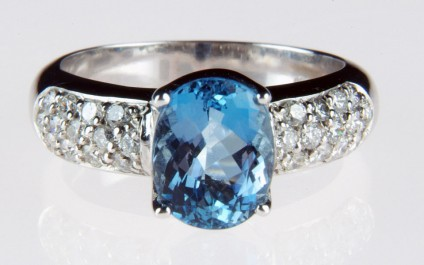 Aquamarine & diamond ring in 18ct white gold - Stunning deep blue 2.15ct oval cut aquamarine set with 0.48ct diamonds in 18ct white gold