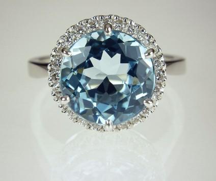 Aquamarine & Diamond Ring in 18ct Gold - Aquamarine & diamond ring set with 11mm round 4.38ct aquamarine & 0.35ct diamonds in 18ct white gold.