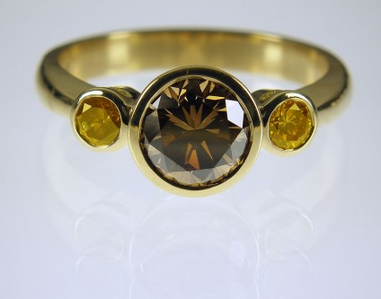 Coloured diamond ring in gold - Natural brown & orange diamond ring 1.32ct & 0.29ct set in 18ct yellow gold. Centre stone 7.5mm in diameter.