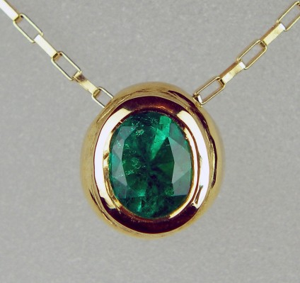 Colombian emerald pendant in 18ct gold - Deep green Colombian emerald 0.5ct oval, set in 18ct yellow gold on an 18ct yellow gold chain