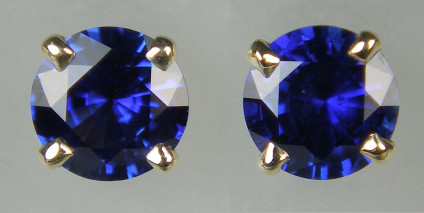Sapphire earstuds in 9ct yellow gold - 0.90ct pair of top quality blue sapphire 4.9mm rounds set in 9ct yellow gold earstuds