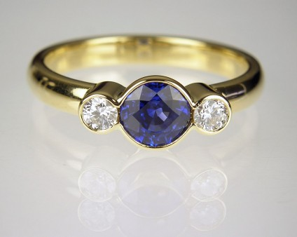 Sapphire & diamond ring in gold - Sapphire & diamond ring in 18ct yellow gold.