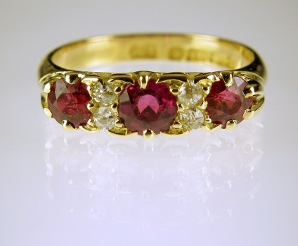 Antique ruby & diamond ring - Antique ruby & diamond ring in 18ct yellow gold. Date 1904. Overhauled for another 100 years of troublefree wear.