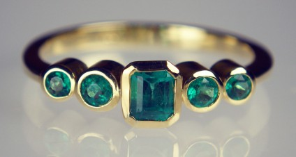 Five stone emerald ring in 18ct yellow gold - Vivid green, top quality Colombian emeralds rubover set in 18ct yellow gold
