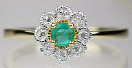 Emerald & diamond cluster ring in 9ct yellow gold - Little flower-like ring set with an emerald round cut surrounded by a halo of tiny round brilliant cut with diamonds, in 9ct yellow gold