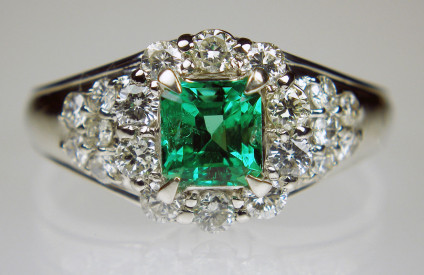 Emerald & diamond ring in platinum - Exquisite emerald & diamond ring set with 0.77ct emerald & 0.75ct diamonds in platinum. Ring size O