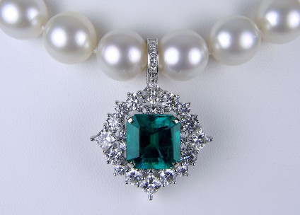 Exceptional quality emerald & diamond pendant on south sea pearls - Emerald & diamond pendant. 9.02ct Colombian emerald set with 5cts of diamonds in 18ct white gold. Pendant is removable from the necklace of finest quality 12-13mm Tahitian pearls.