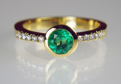 Colombian emerald ring with diamonds - 0.53ct round cut Colombian emerald set with 0.15ct of round brilliant cut diamonds in 18ct yellow gold