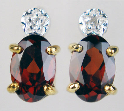 Garnet & diamond earstuds in 9ct white & yellow gold - Pair of garnet ovals set with a pair of round brilliant cut diamond as earstuds in 9ct white & yellow gold