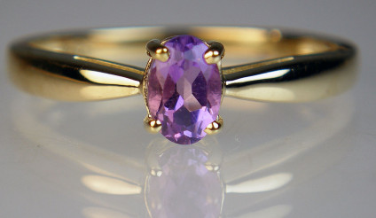 Amethyst ring in 9ct yellow gold - Simple oval amethyst set in 9ct yellow gold