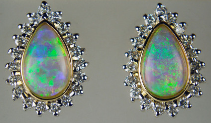 Opal & diamond earrings in 14ct yellow gold - Beautiful pear cut cabochon white opals 0.77ct surrounded by 0.44ct diamonds mounted in 14ct yellow gold