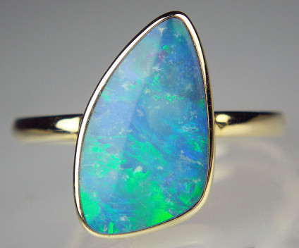 Opal doublet ring in 9ct yellow gold - Freeform opal doublet 14.1 x 8.1mm robover set in 9ct yellow gold ring. Size M 1/2