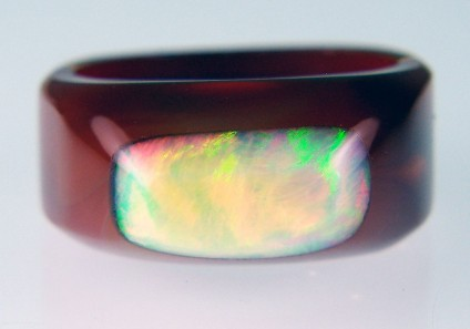 Opal & agate ring - Unusual ring made of carved agate with a fused top of Ethiopian opal. Ring size P1/2 (8). This ring cannot be resized.