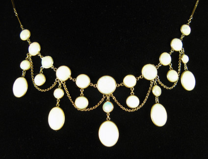 Victorian - Edwardian opal festoon necklace in 9ct yellow gold - Pretty and delicate white opal festoon necklace in excellent condition.