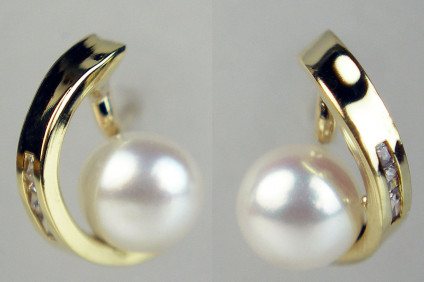 Pearl & diamond earstuds in 9ct yellow gold - Dainty pearl & diamond earstuds in 9ct yellow gold. Earstuds are 7mm long & 4mm wide.