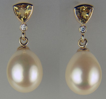 Golden beryl, diamond and pearl earrings in yellow gold - Dramatic drop earrings set with 12x15mm cultured pearl drops suspended from 1.21ct pair of trillion cut golden beryls and 2 x 1.9mm diamonds in 9ct yellow gold