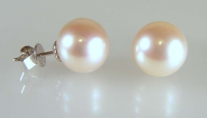 Natural pink cultured pearl earstuds -