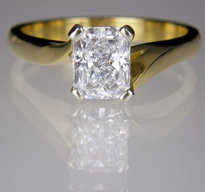 Diamond Ring in platinum & 18ct yellow gold - Ring of 1.05ct radiant cut diamond E/VS2  set in platinum & 18ct yellow gold.