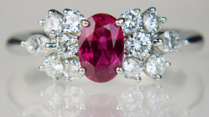 Ruby & diamond ring in platinum - Beautiful oval 0.81ct ruby set with 0.60ct of round brilliant cut and marquise cut diamonds in G/H colour VS clarity, all gems claw set in platinum