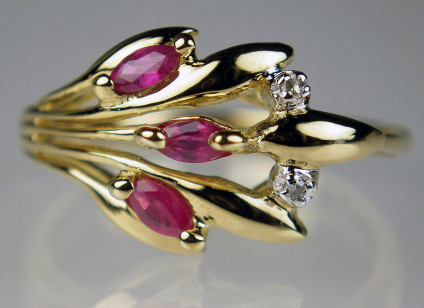 Ruby & diamond ring in 9ct yellow gold - Delicate ruby and diamond ring set with 0.24ct marquise cut rubies and 0.01ct round brilliant cut diamonds in 9ct yellow gold