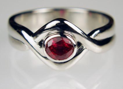 Ruby ring in palladum - 0.68ct oval cut ruby set in palladium ring