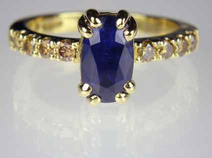Sapphire & golden diamond ring in gold - 2.74ct Sri Lankan blue sapphire set with 0.39ct golden yellow diamonds in 18ct yellow gold