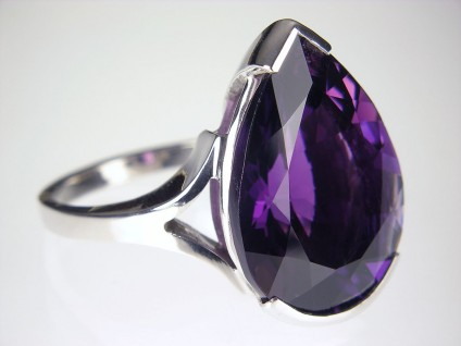 Amethyst ring in gold - Pear cut amethyst ring in 9ct white gold.