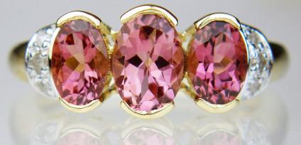 Tourmaline & diamond three stone ring - Strikingly attractive oval three stone ring with diamond set shoulders in 9ct yellow gold